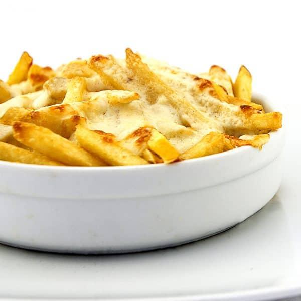 Patatas fritas con nuestro toque , quesos variados y salsa ranchera